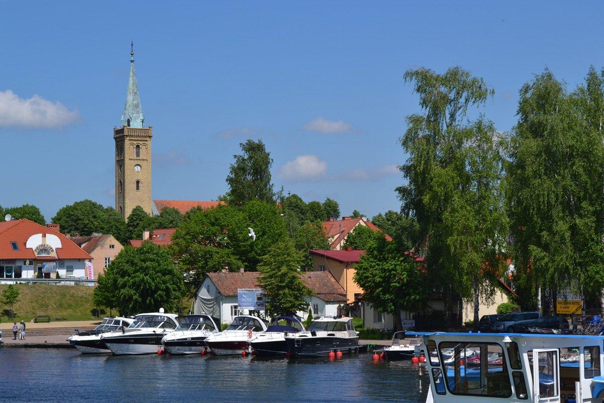 Hafen mit der evangelischen Kirche im Hintergrund