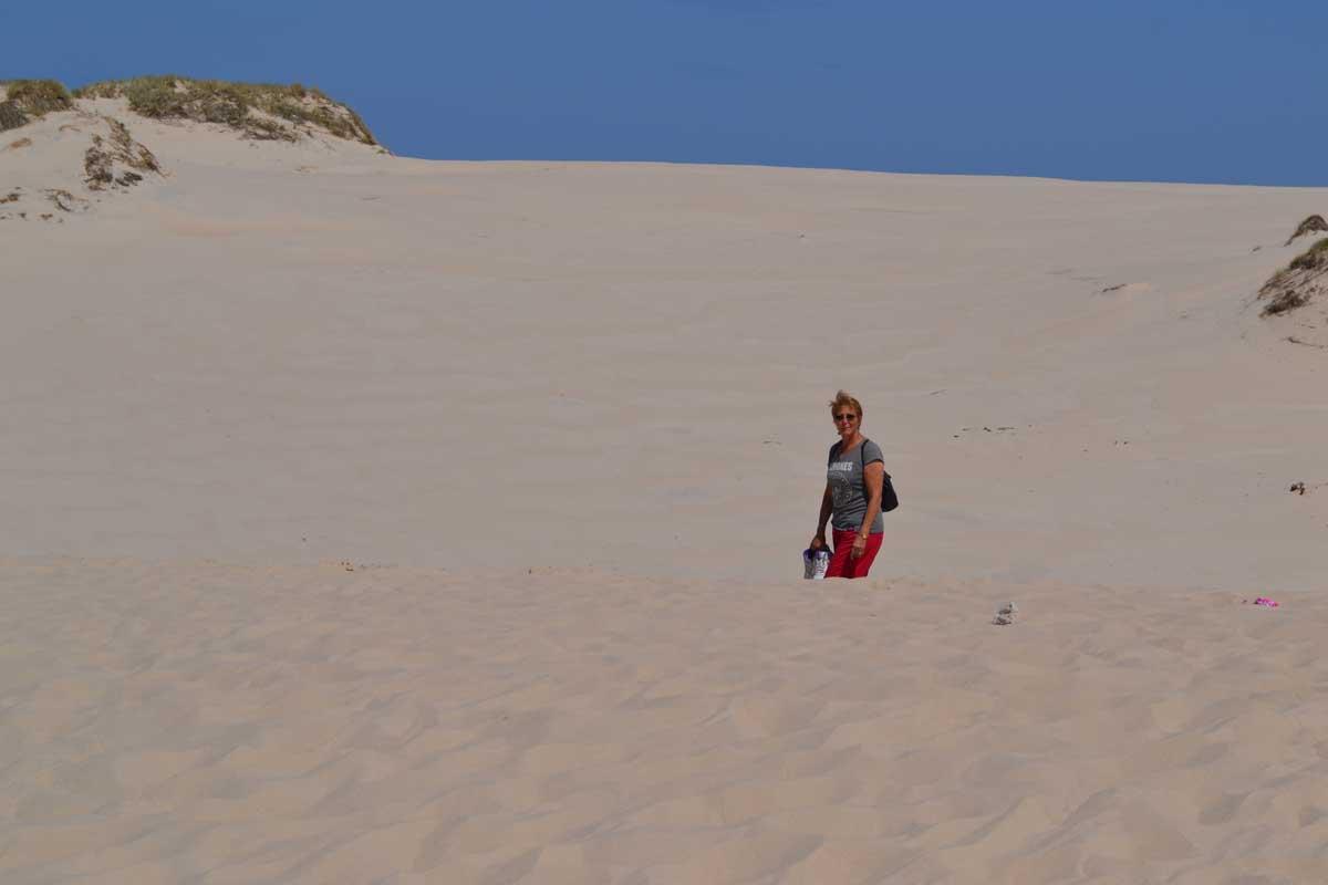 Anne auf der Wanderdüne (im Hintergrund die Ostsee)
