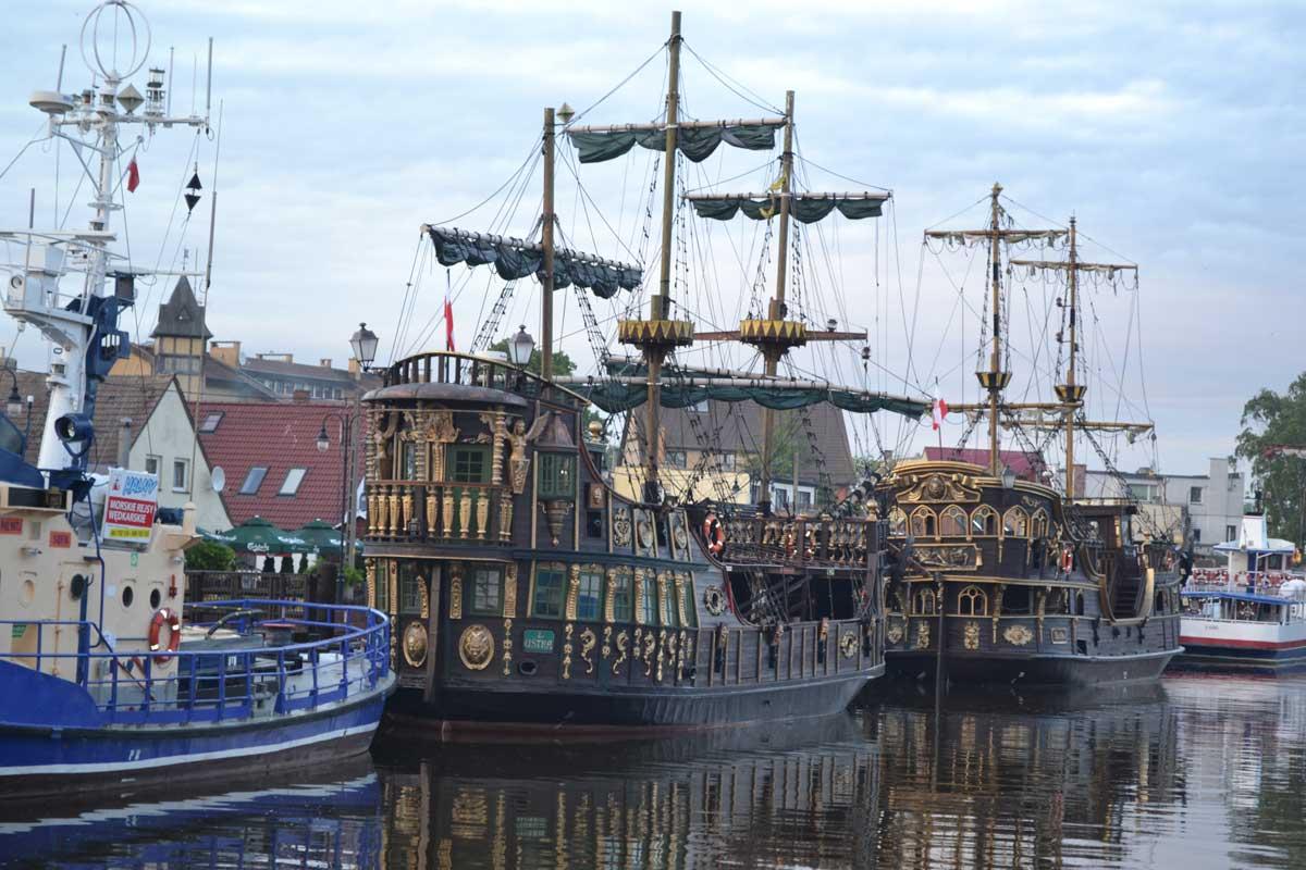 Die beiden Koggennachbauten im Hafen von Leba