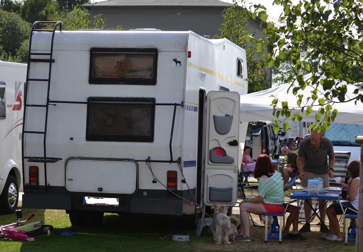 2 Erwachsene, 4 Kinder und 2 Hunde in einem Wohnmobil