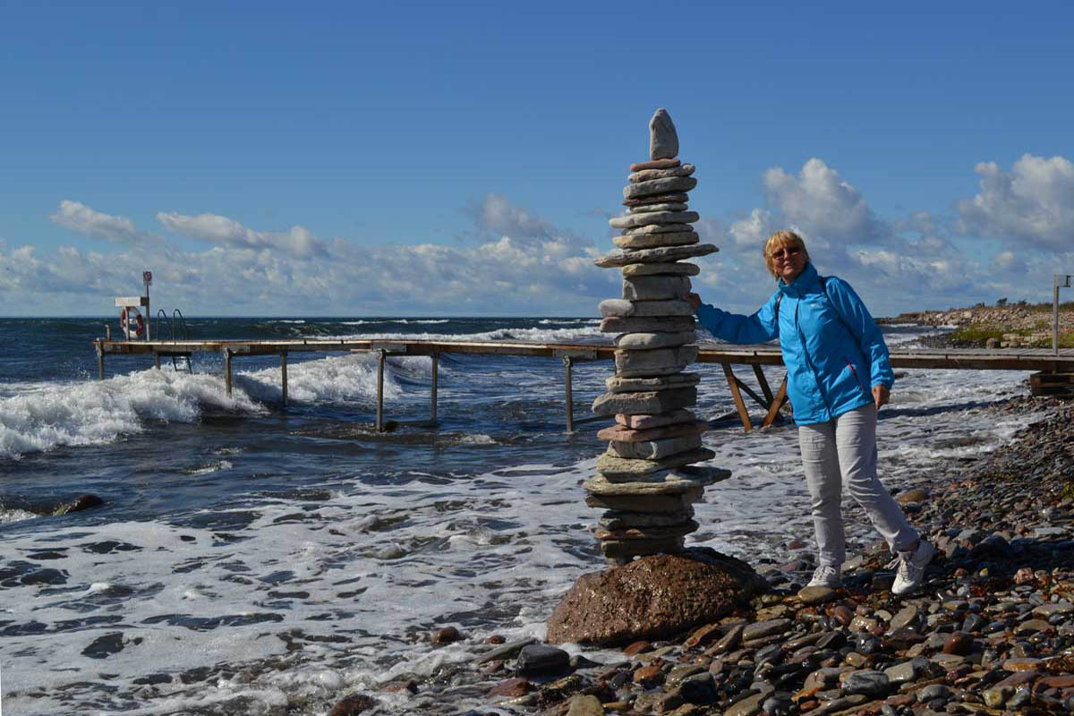 Anne mit Steinmännchen an der Südküste von Öland