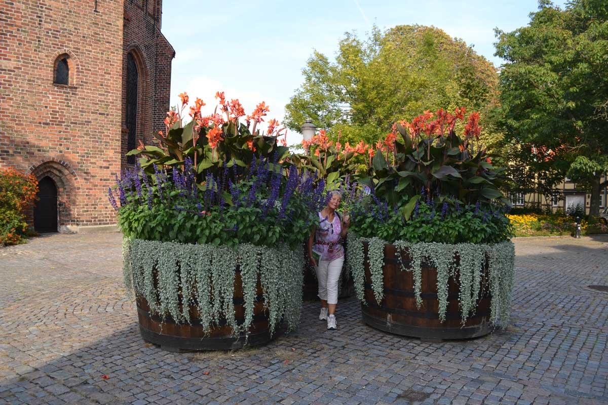 Riesige Blumentöpfe im Klostergarten