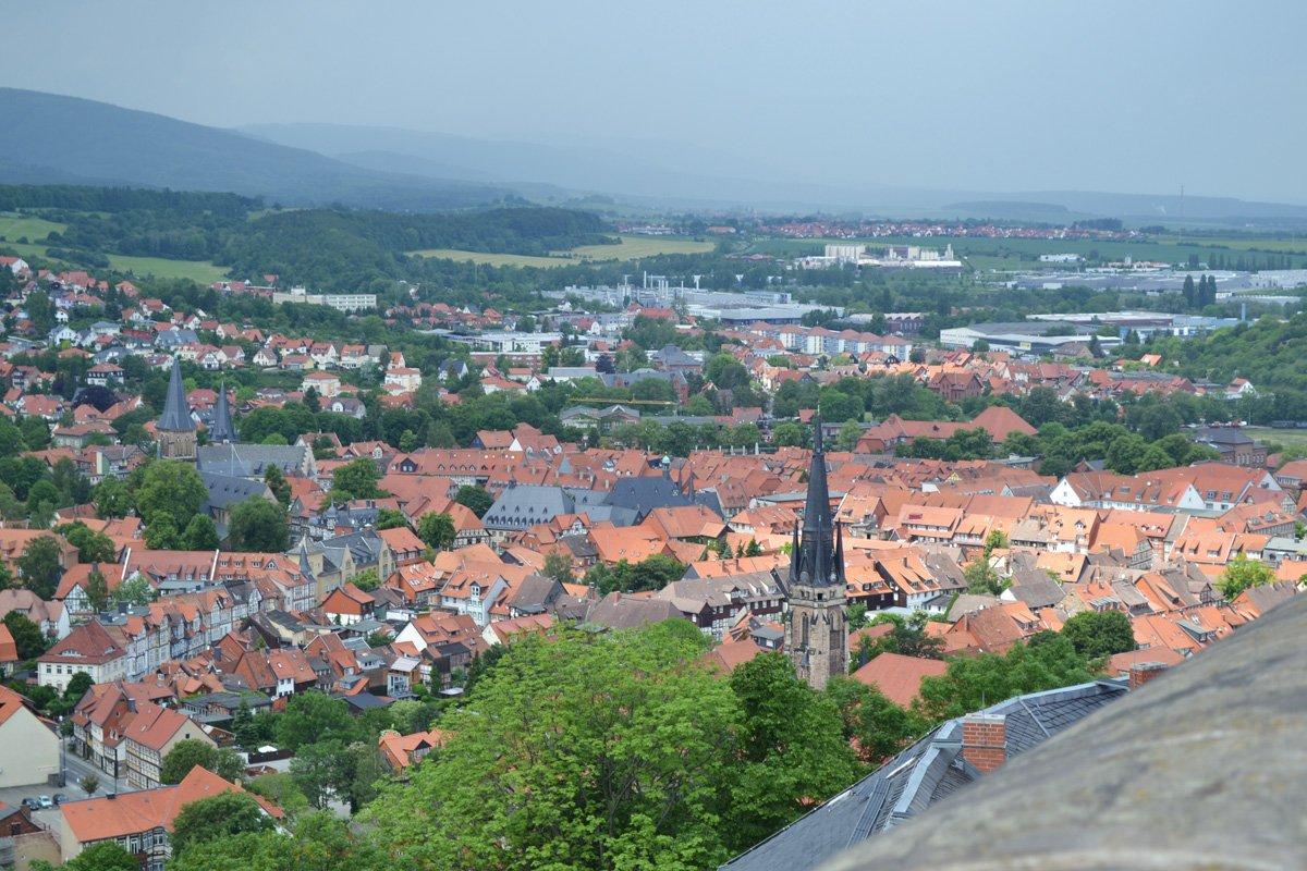Blick auf Wernigerode (der Harz ist hinten links)