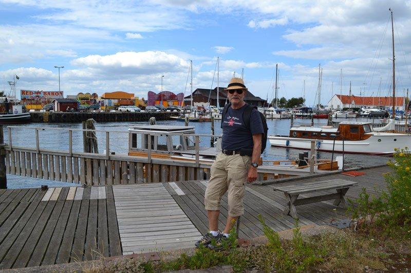 Frederick vor der Hafenkulisse in Råå