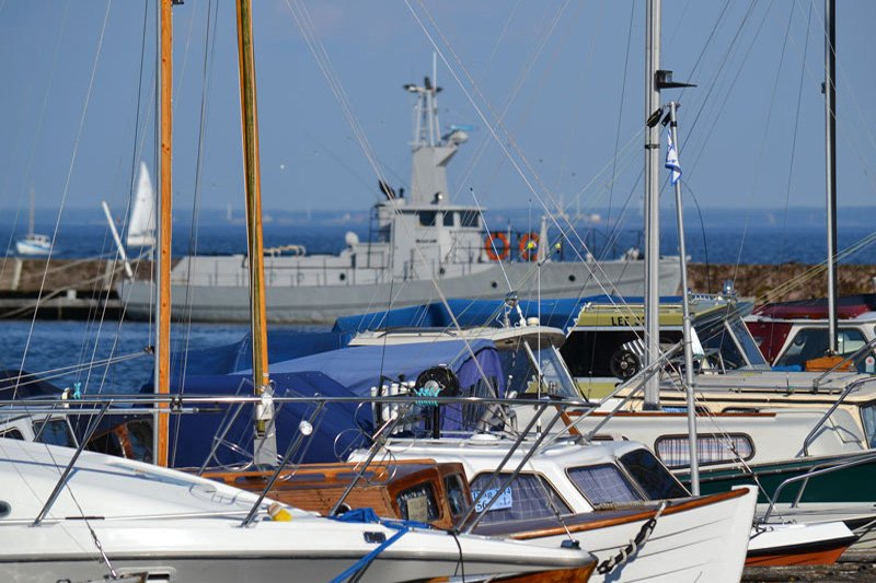 Viele Segelboote und ein Marine Schnellboot