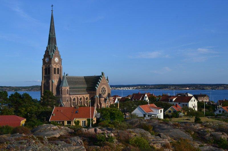 Lysekil Kirche hoch oben über der Stadt