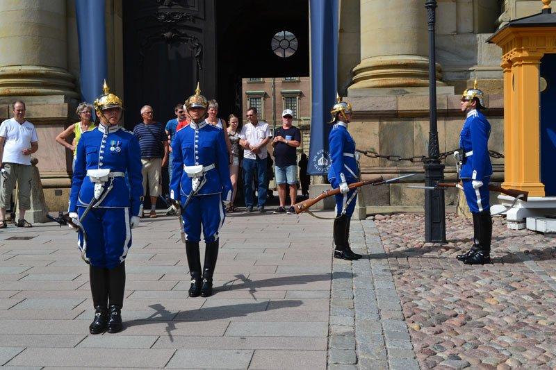 Wachablösung am Schloss (man beachte: weibliche Soldaten)