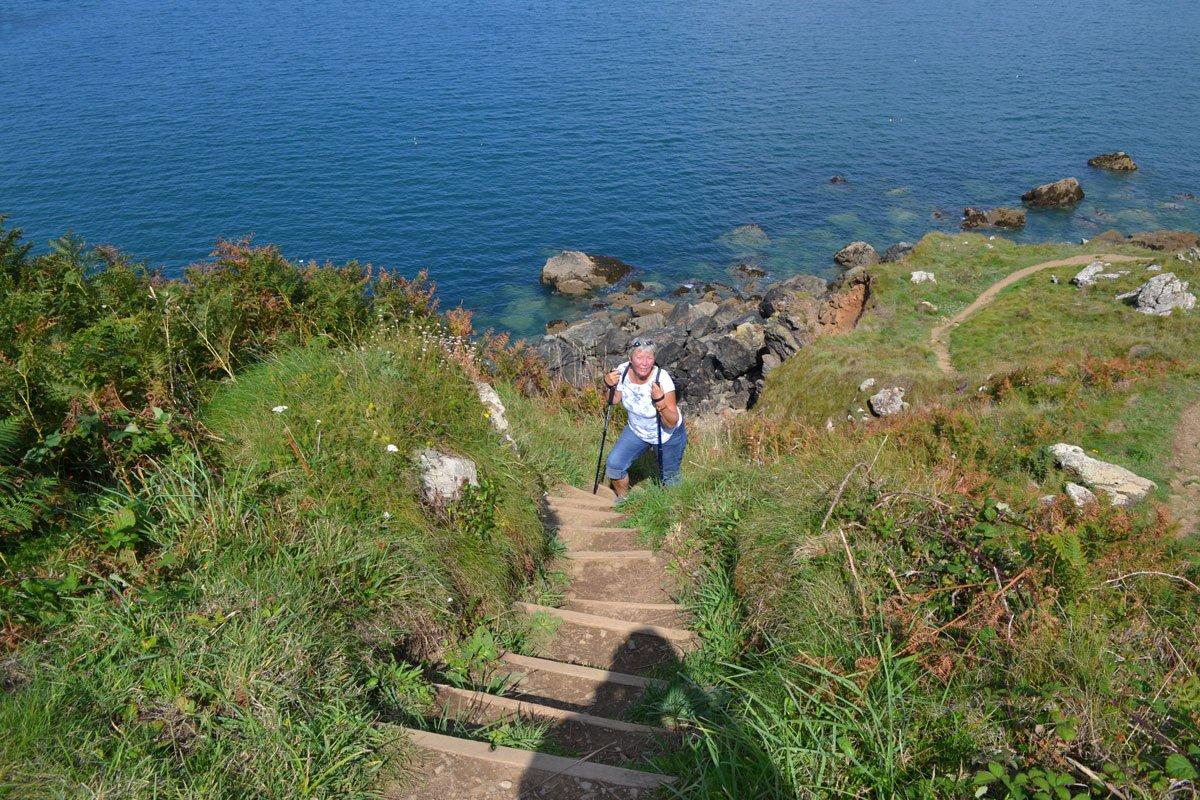 Anne kämpft sich die steile Treppe hinauf