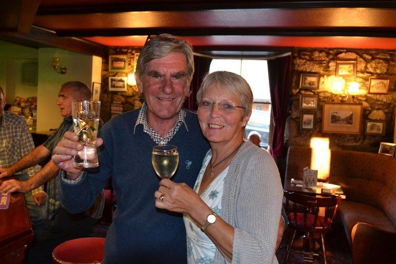 "Anne mit Ernie Duckham im ""Lemon Arms"" Pub"