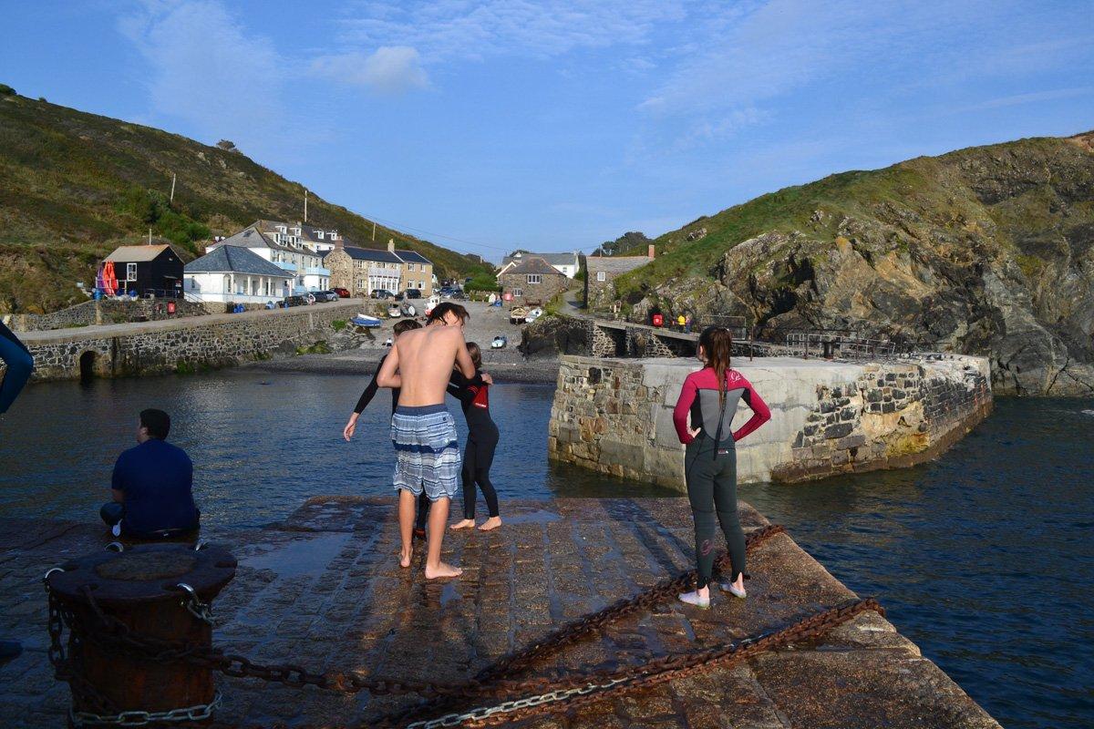 Diese jungen Leute schreckt das 15° kalte Wasser nicht