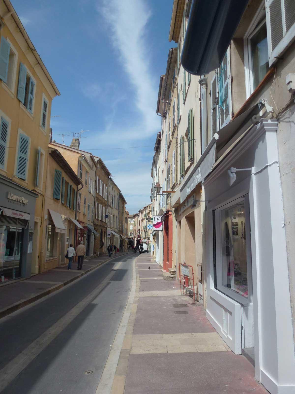 Altstadtgasse in St. Tropez mit unauffälligen Edelboutiquen auf beiden Seiten
