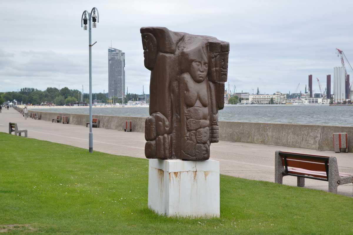 Skulptur an der Promenade-in-Gdingen mit Hafen im Hintergrund