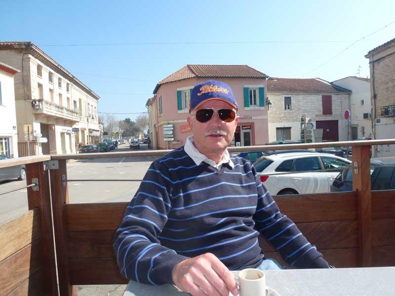 Bei 18 Grad geniessen wir einen Espresso in Bellegarde