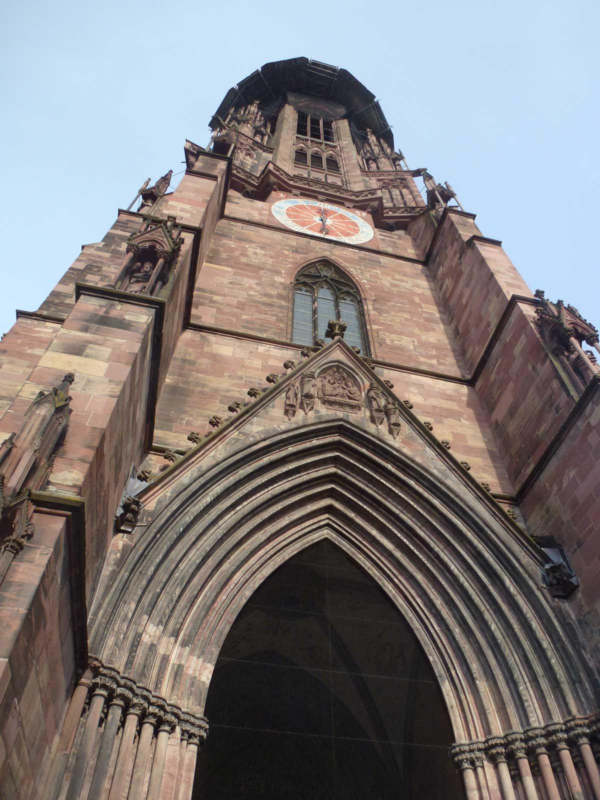 Das massige Portal des Freiburger Münsters