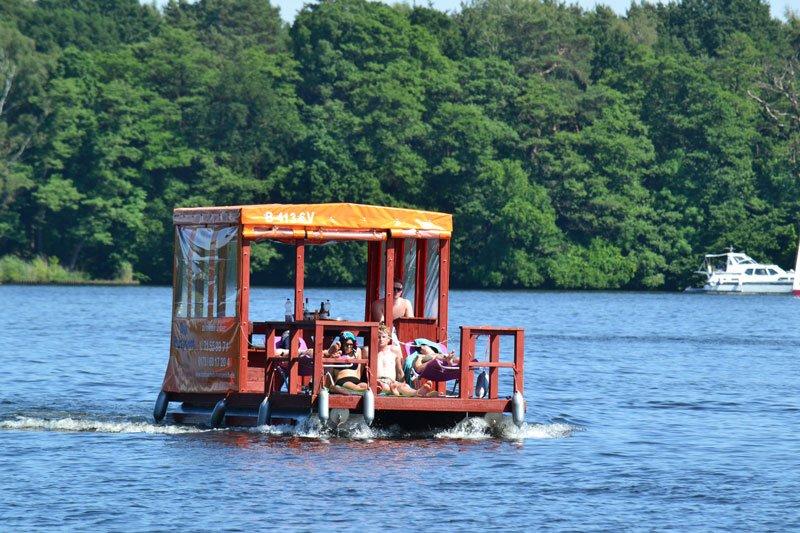 Freizeitspaß auf einem Floß
