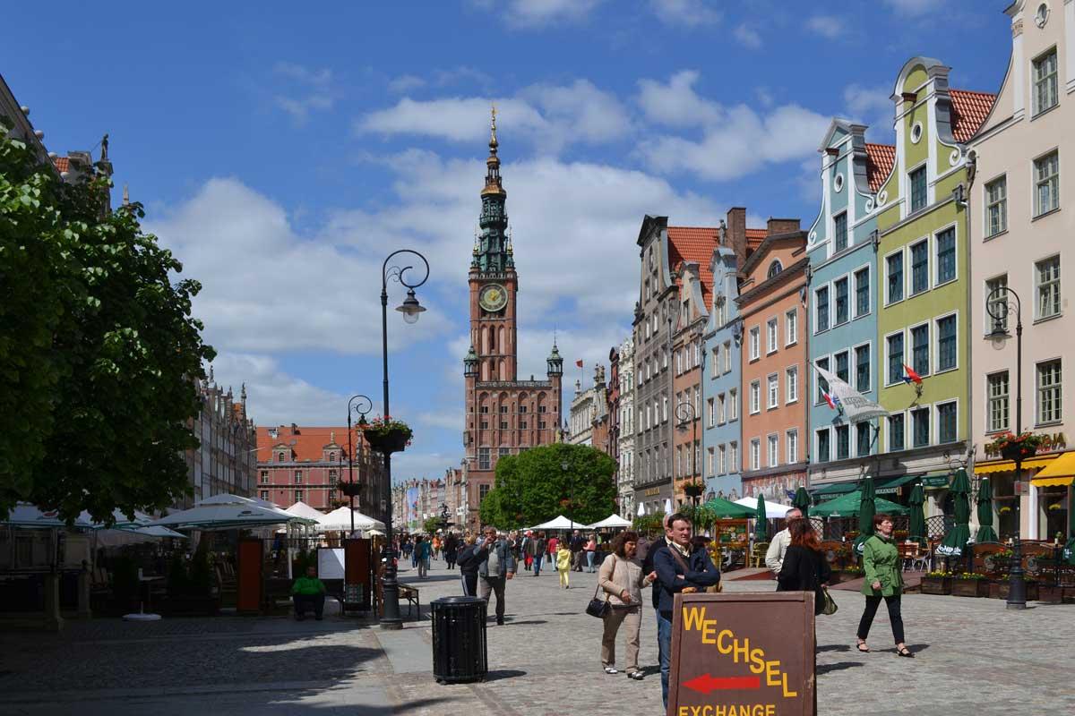 Fussgängerzone mit altem Rathaus im Hintergrund