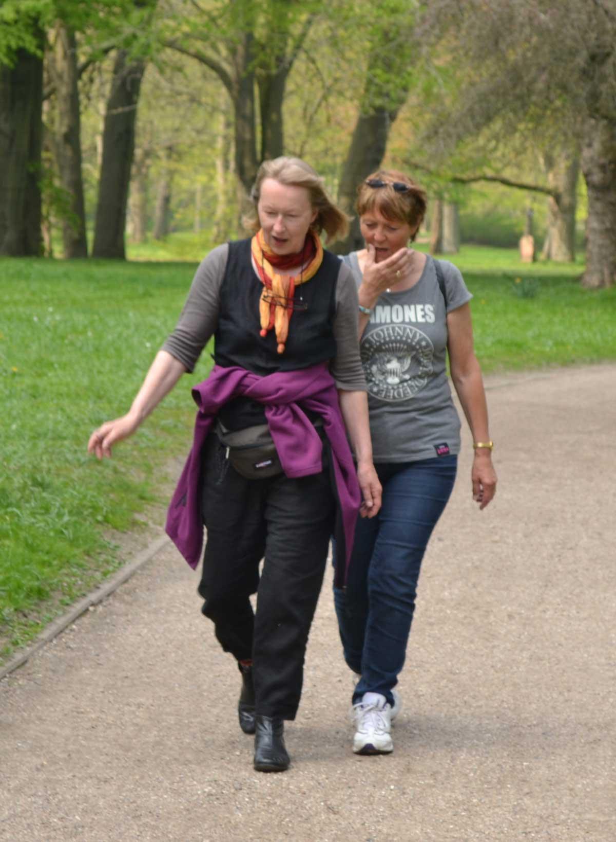 Ina und Anne im Gleichschritt im Schlosspark