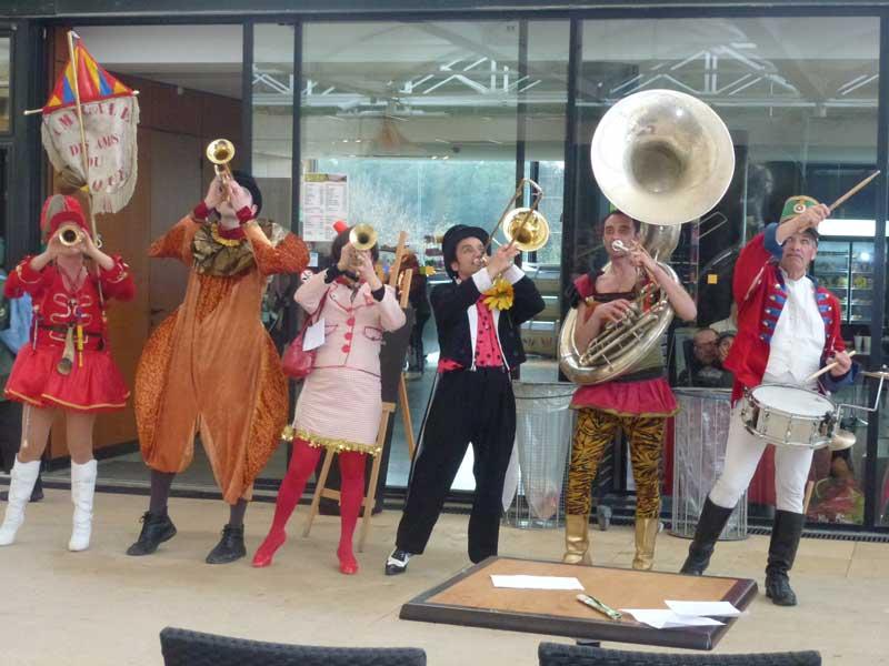 Schräge musikalische Unterhaltung an der Pont du Gard