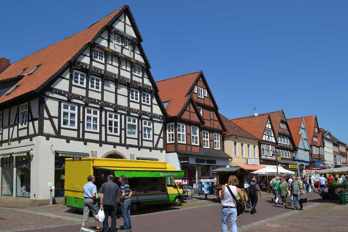 Geschäftiges Markttreiben in der Altstadt