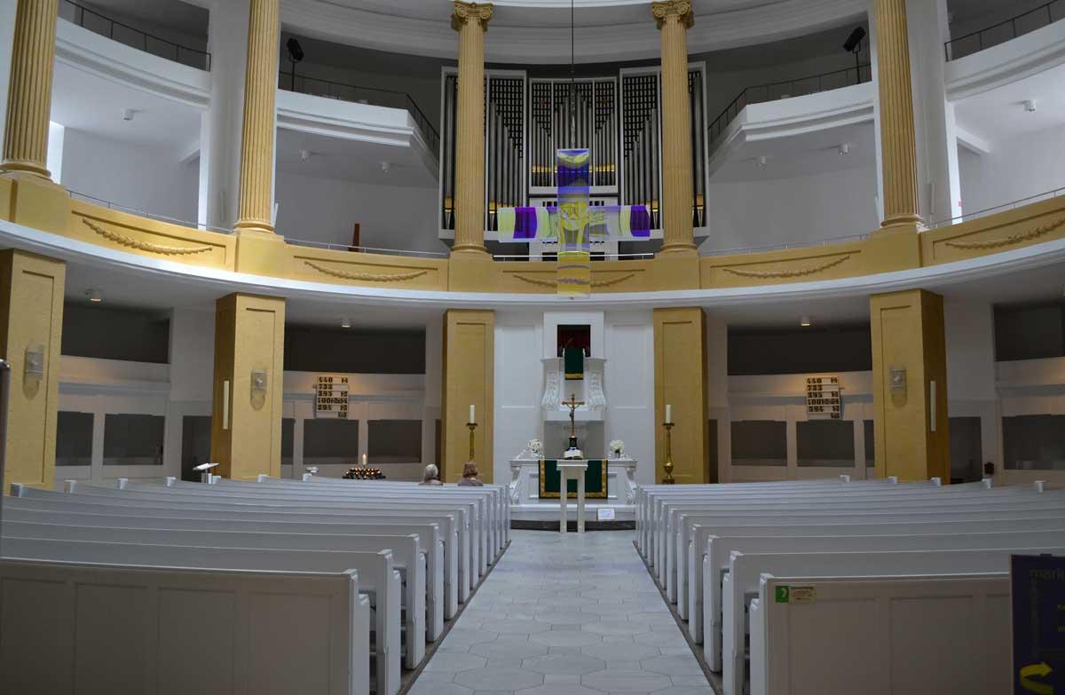 Der moderne runde Kirchenraum