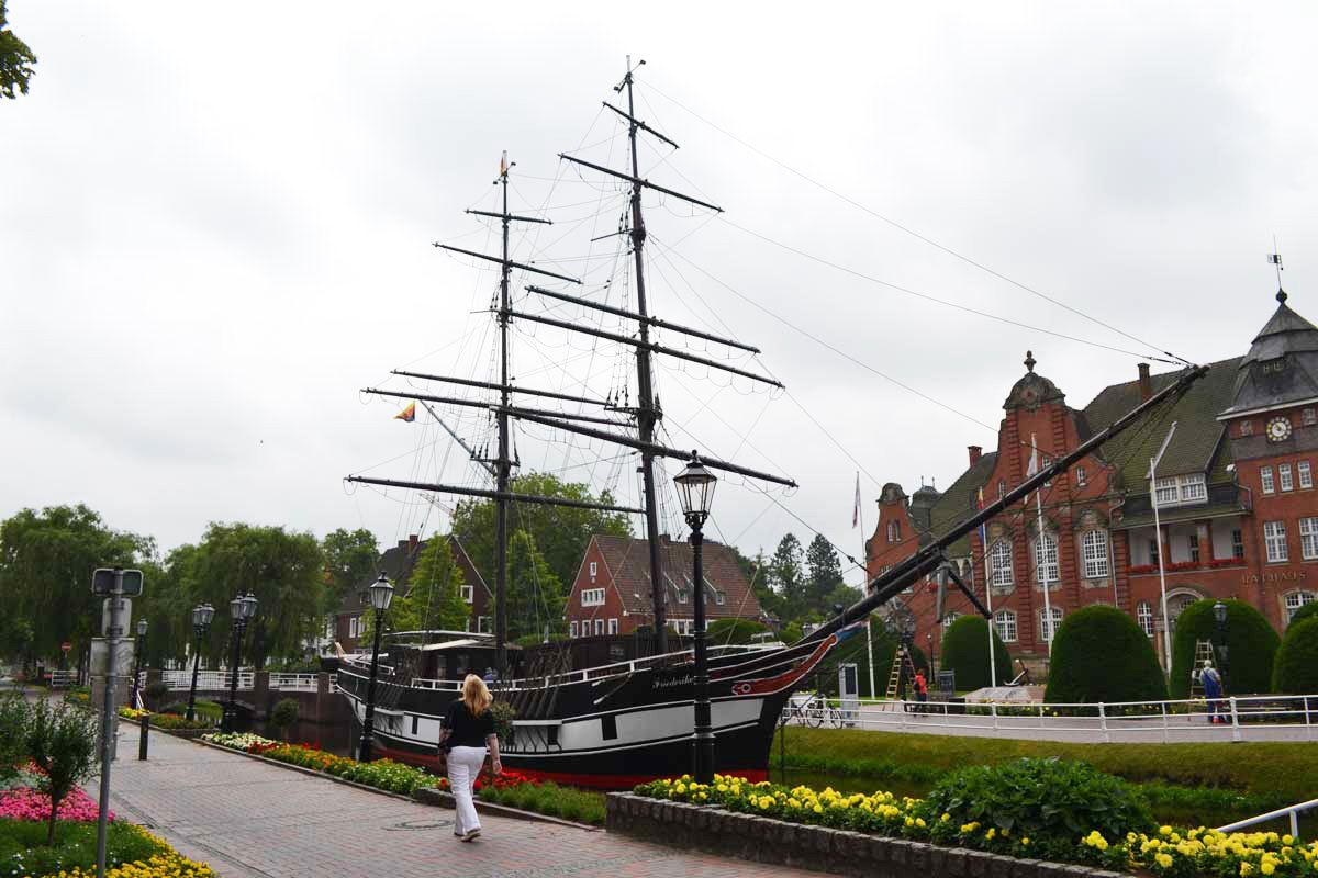 "Die Brigg ""Friederike"" in der Gracht in Papenburg"
