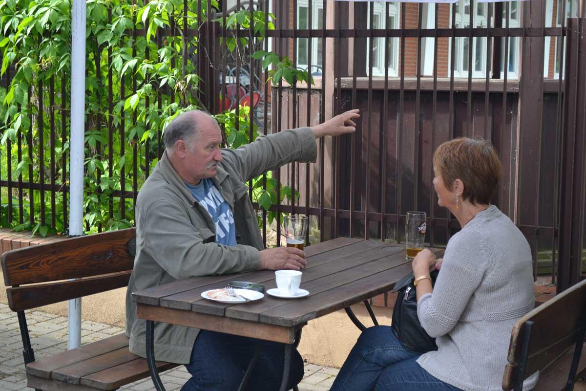 Anne im Gespräch mit unserem polnischen Übersetzer in Olecko