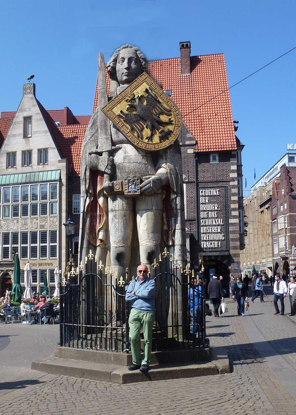 Roland der Riese mit Zwerg Frederick davor