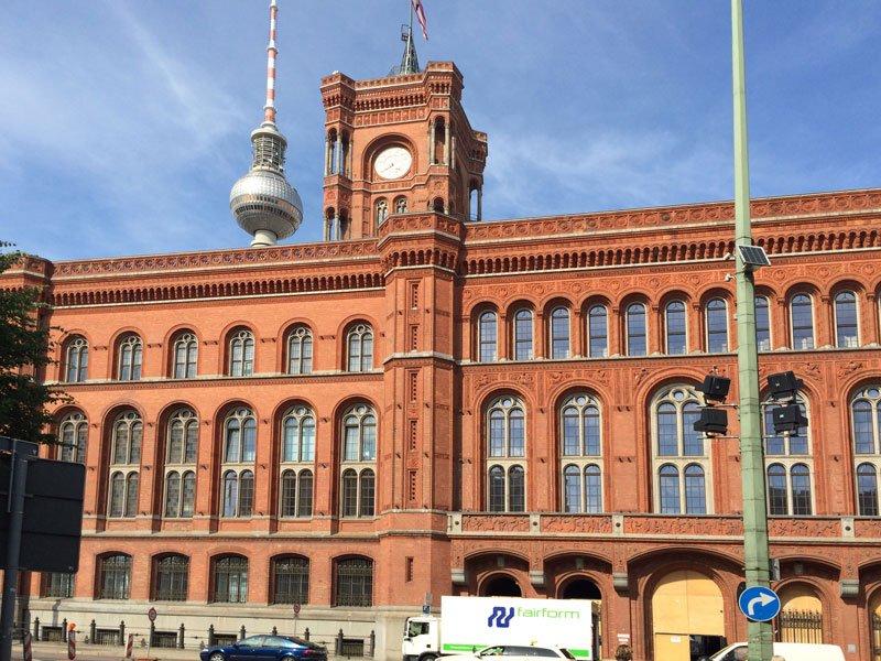 Das rote Rathaus mit Fernsehturm im Hintergrund