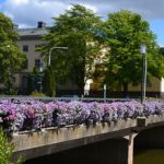 Blumengeschmückte Brücke