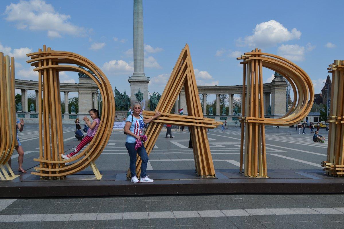Anne im A von Budapest auf dem Heldenplatz