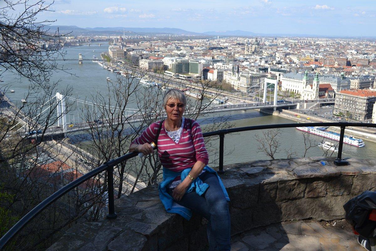 Anne mit Budapest im Hintergrund