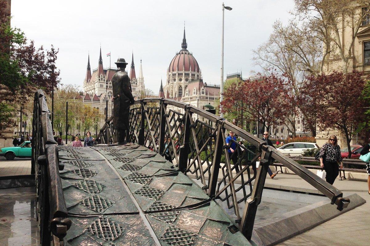 Kleine Bronzebrücke mit Parlament im Hintergrund