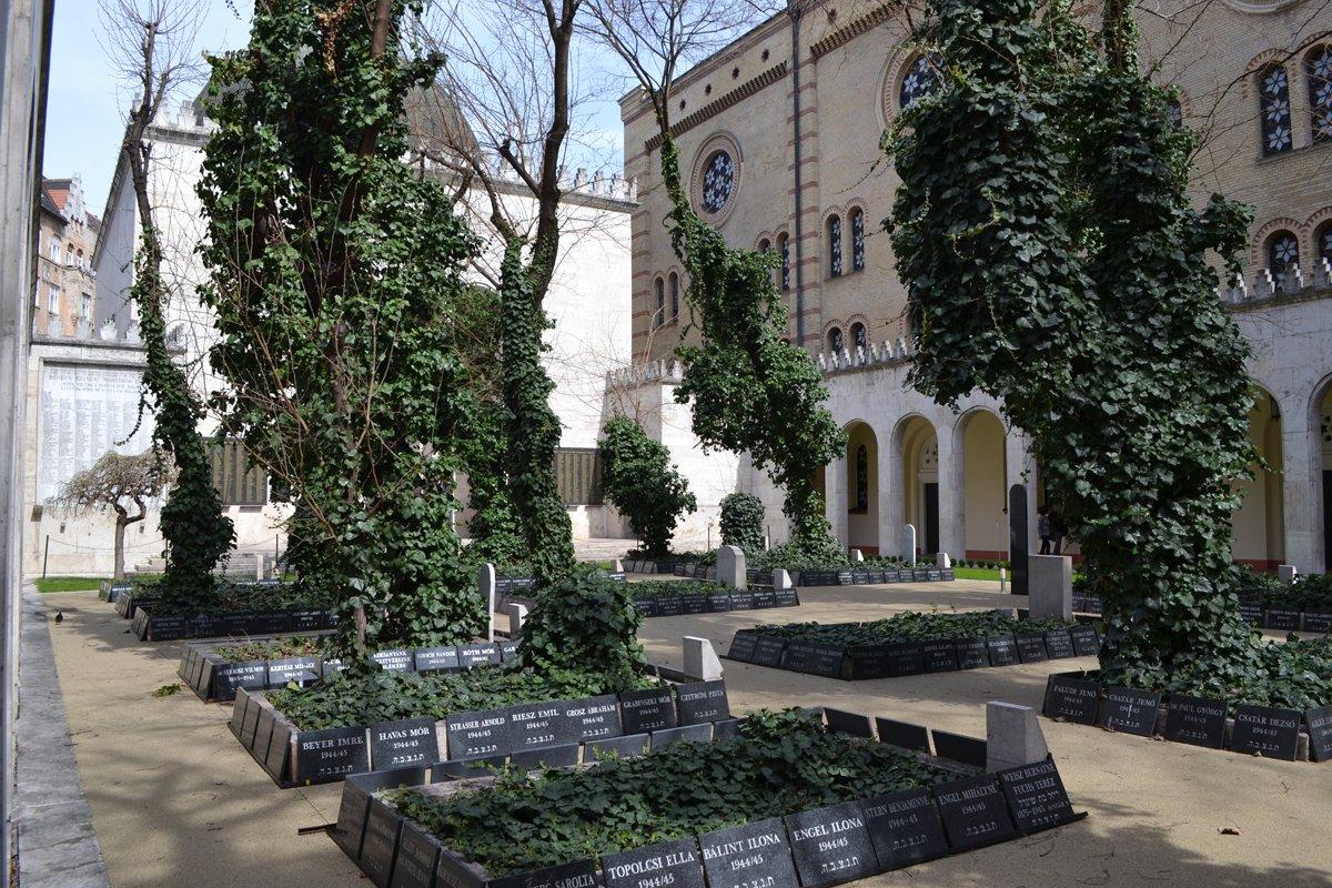 Massenfriedhof im Hof der Synagoge