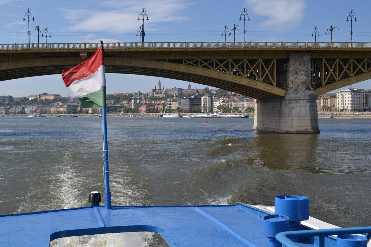 Mit dem Boot unter der Margaretenbrücke hindurch