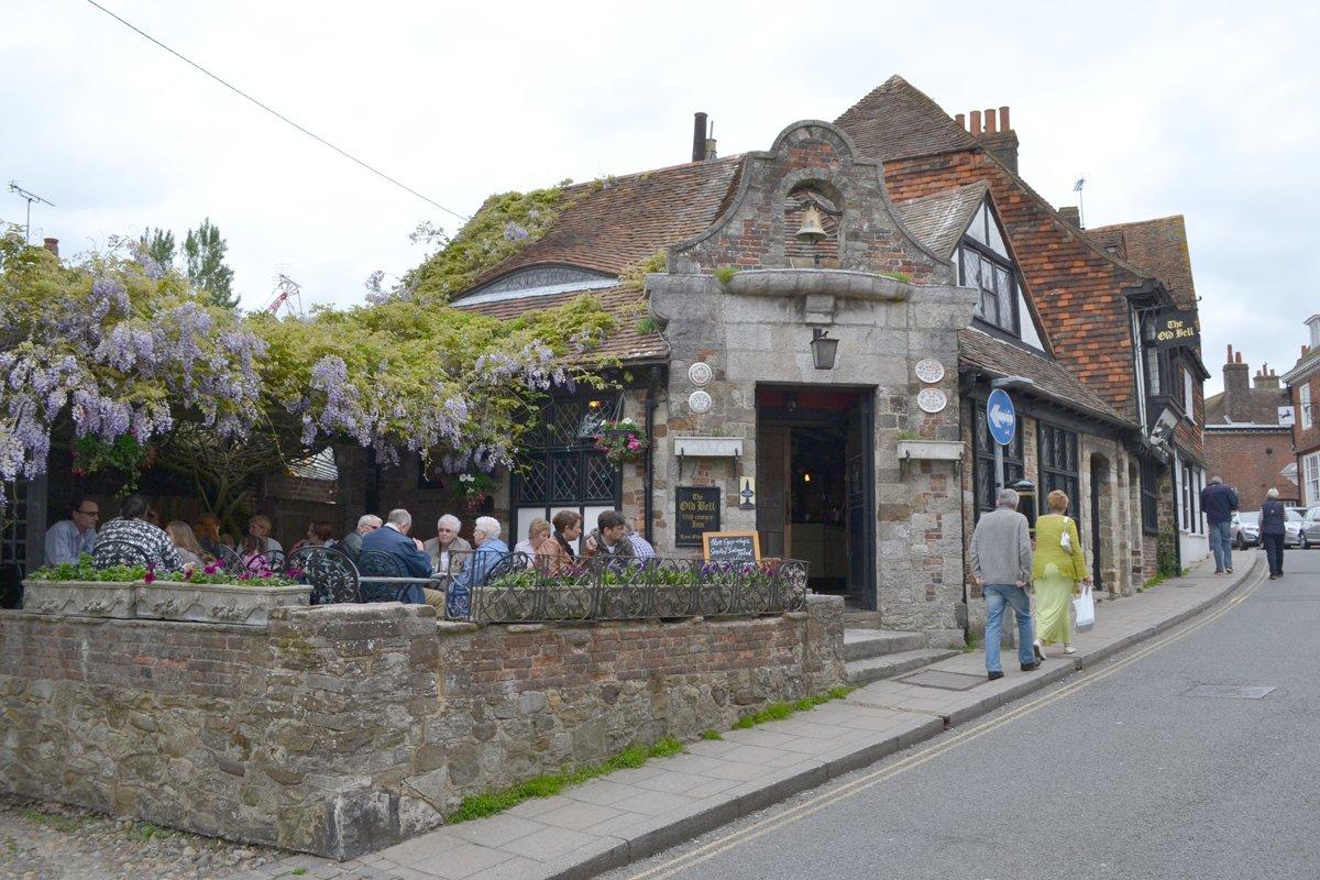 """Außenterrasse des """"Old Bell"""" Pub"""""""