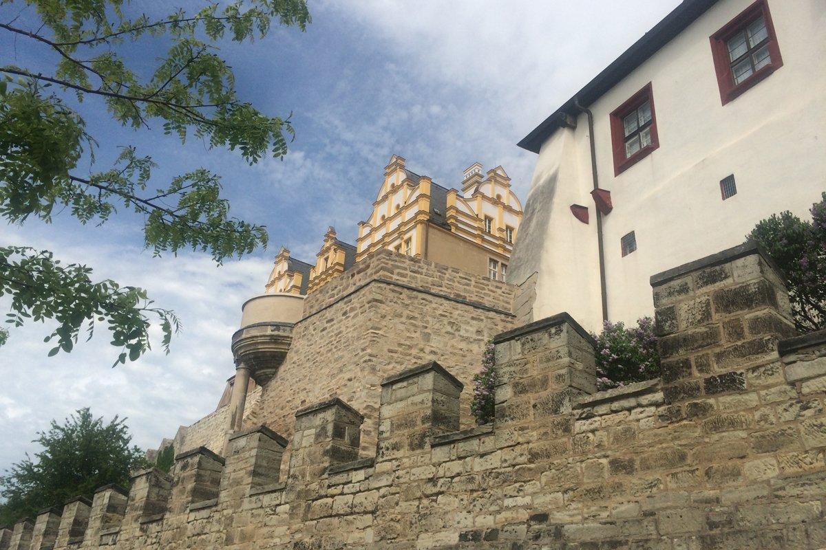 Schloss und äußerster Befestigungsmauer