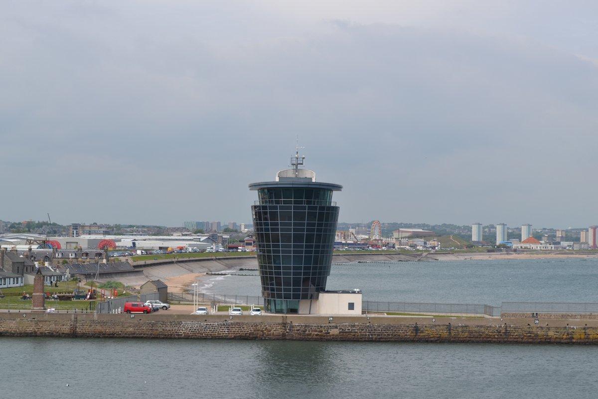 Blick auf den Hafen Tower und den Strand gegenueber von unserem Parkplatz