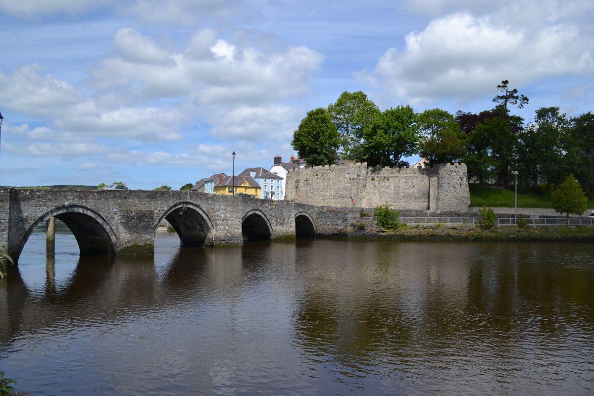 Cardigan Castle und die alte Steinbruecke
