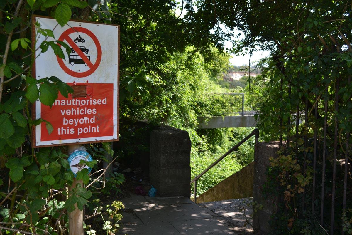 Durchfahrt für Motorrad, auto und Bus verboten -wie sollten die auch hier durch?