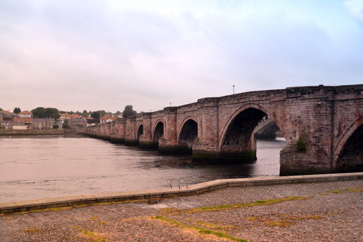 Einspurige Granitsteinbrücke über den Tweed