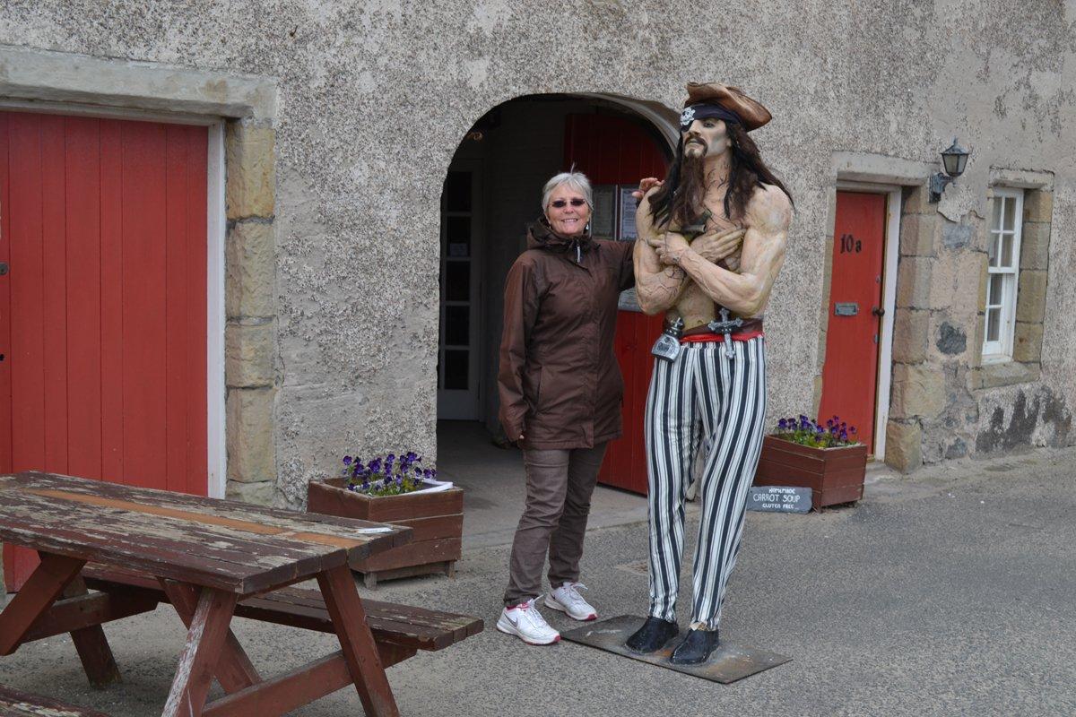 Furchteinflößender Pirat vor dem Eingang zum urigen Café