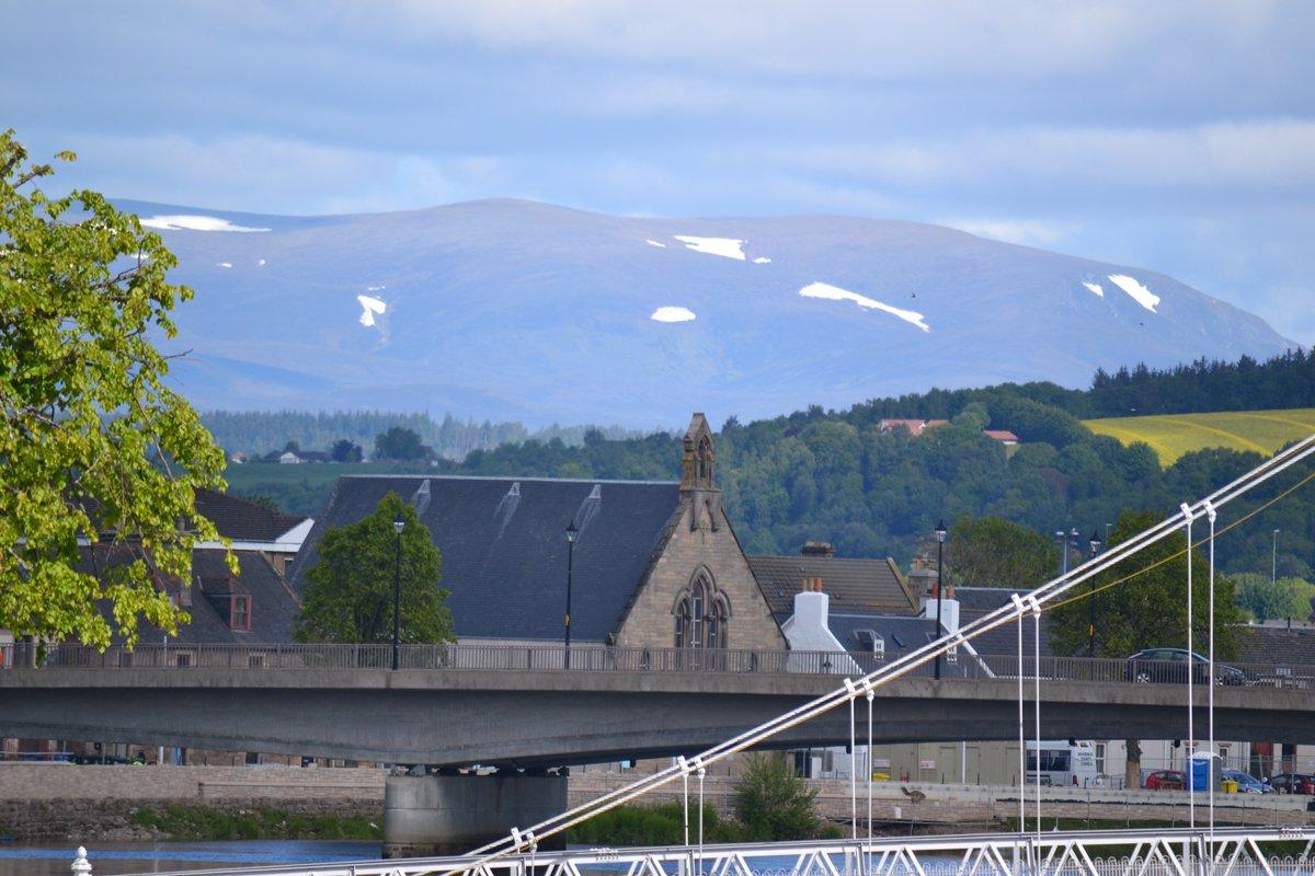 Schneebedeckte Berge in den Highlands nördlich von Inverness