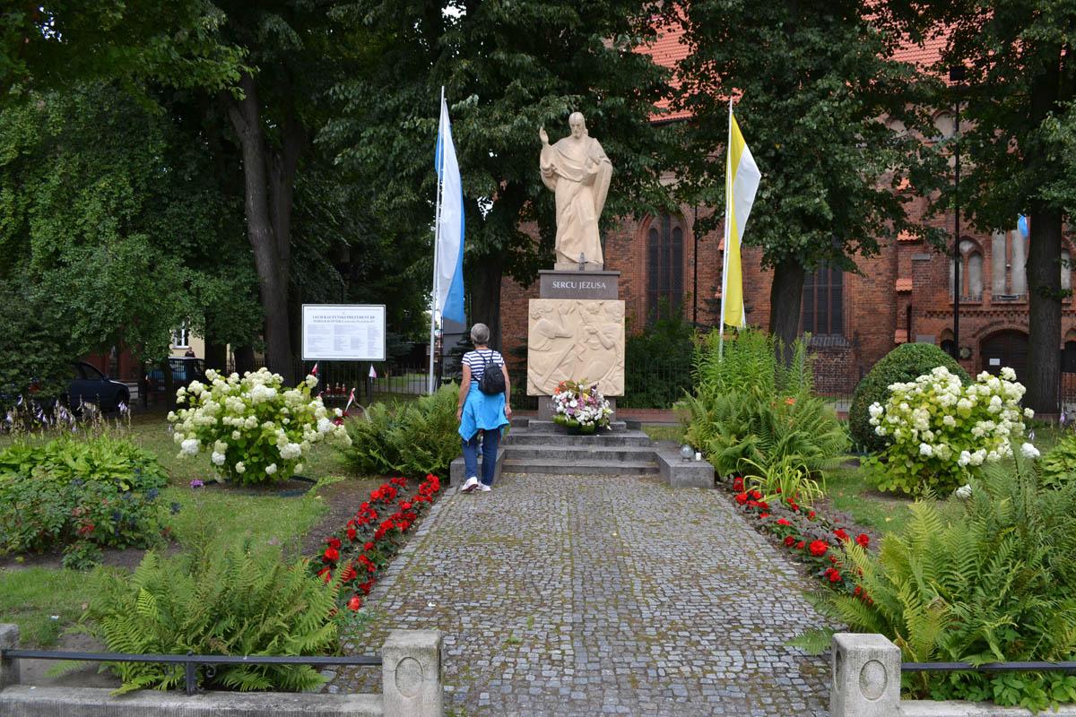 Jesus-Statue und Gedenktafel an Flugzeugunglück (siehe Text)
