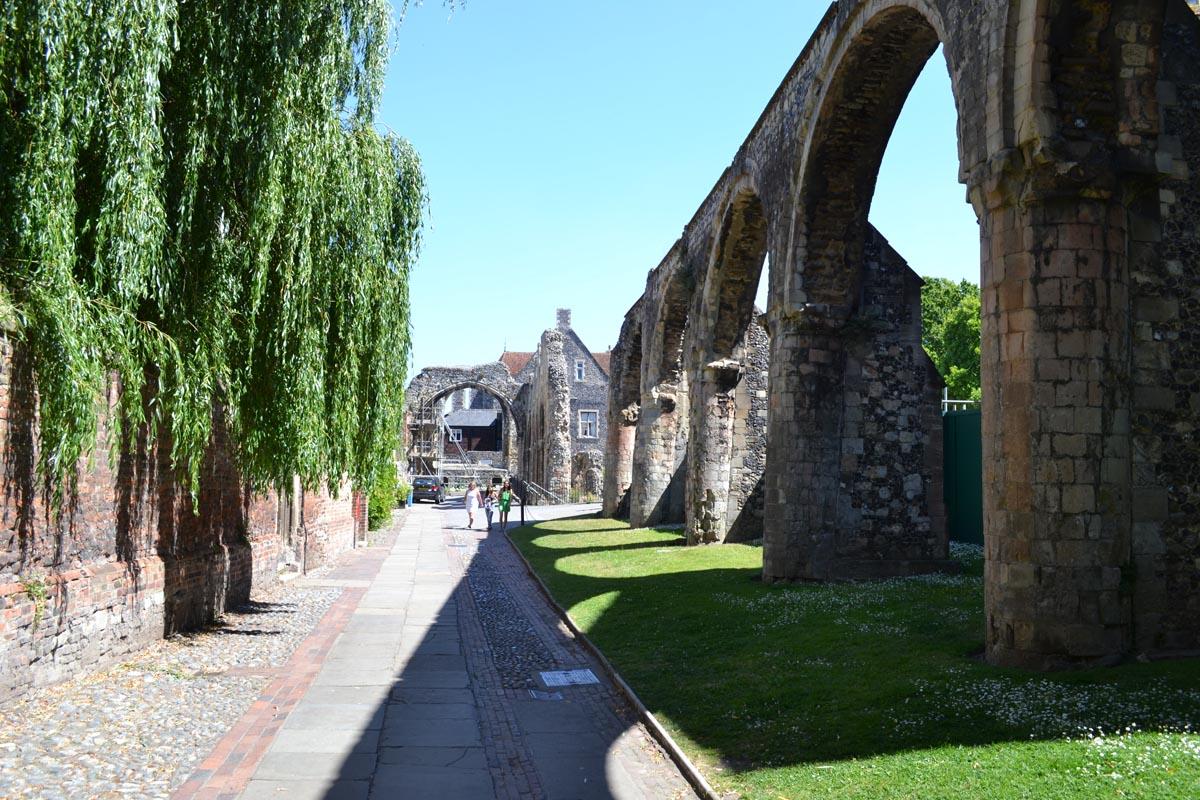 Mittelalterliche Ruinen im Innenhof der Kathedrale