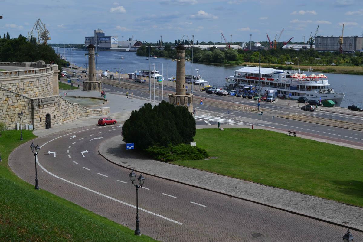 Restaurantschiff am Ufer der Oder