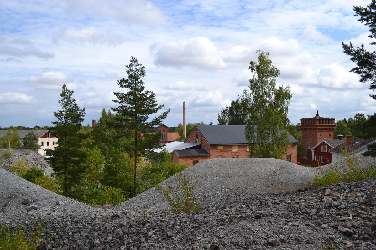 Bergwerksgebäude und Geröllhalden