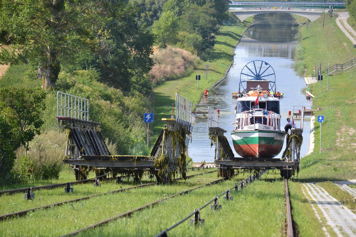 Das Boot auf dem Weg nach oben und der Schienenwagen auf dem Weg nach unten