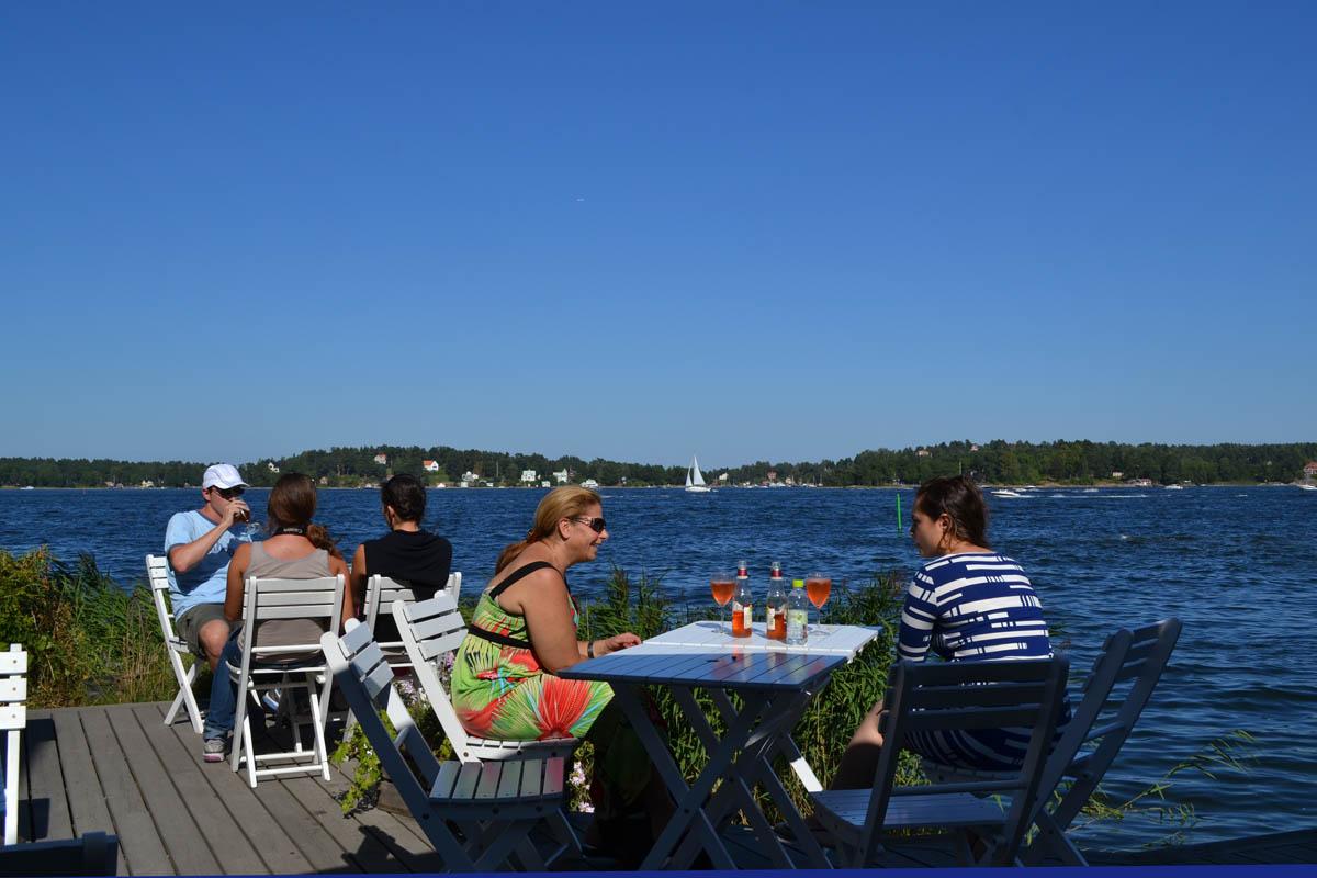 Entspannen im Garten-Café am Wasser