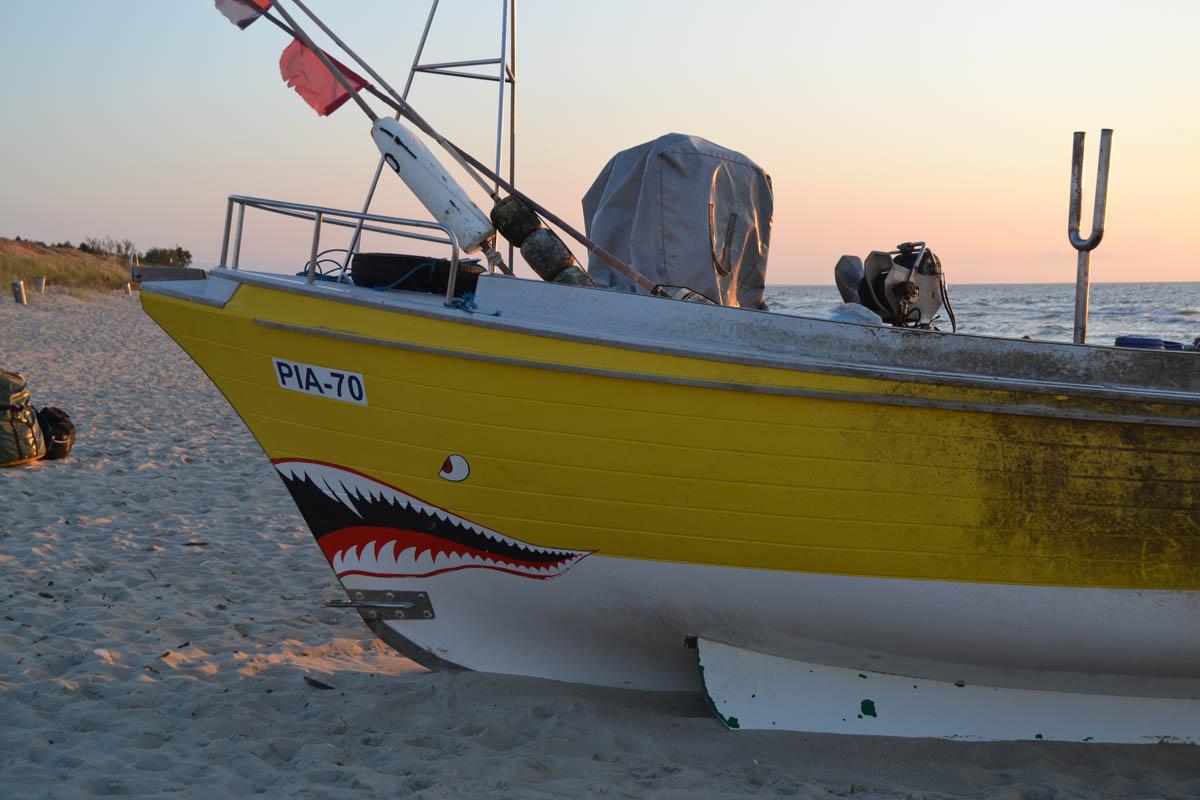 Fischerboot am Strand von Piaski