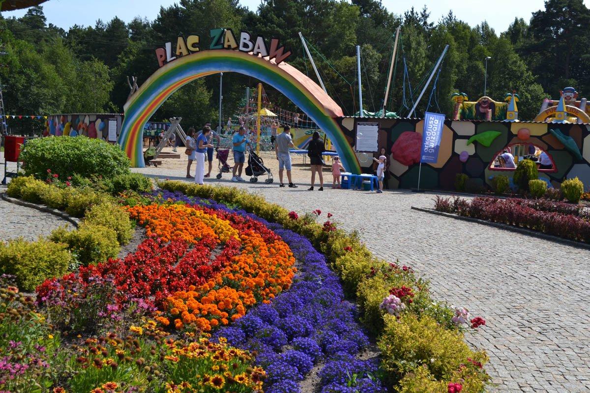 Prachtvolle Blumenanlagen und der Kinderspielplatz